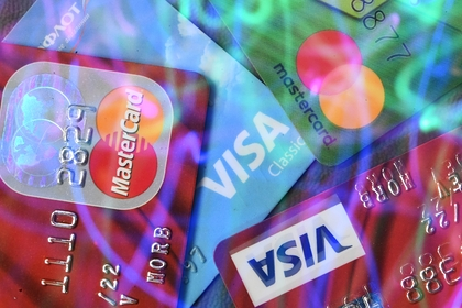 Выдачи кредитных карт в России упали вдвое