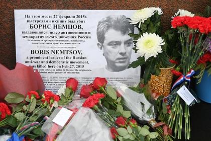 Послы США, Великобритании и Латвии принесли цветы к месту убийства Немцова