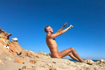 Панин попозировал голым на скале и обратился к подписчикам