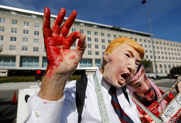 Активисты в масках Трампа и бин Салмана с окровавленными руками и пилой в Вашингтоне