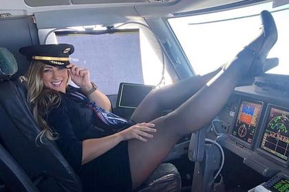 Стюардесса задрала ноги на приборную панель и восхитила пользователей сети