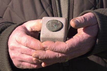 Мужчина пошел гулять в парк и нашел древнеримскую монету