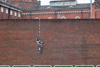 На стене тюрьмы появилось предполагаемое граффити Бэнкси