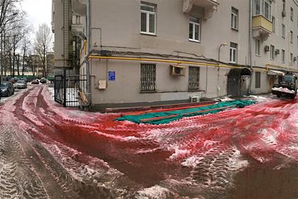 Красный снег удивил москвичей