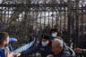 В противостояние Пашиняна и армии были вовлечены и другие политические силы, в первую очередь— президент Армен Саркисян. По закону он должен согласовать указ премьера об отставке главы Генштаба в течение трех дней или передать документ в Конституционный суд. Саркисян с самого начала заявил о недопустимости давления на него и призвал к сдержанности, ведь речь идет о нацбезопасности. Однако у него уже вряд ли получится сохранить нейтралитет.