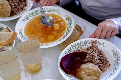 Более 90 детей отравились салатами в российских школах