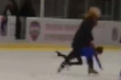 Российский тренер бросила ребенка об лед и попала на видео