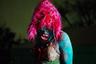 Виктория Юнг (Victoria Jung) в своей работе решила обратить внимание на субкультуру Queerdos (сочетание двух слов Weird — странный и Queer — квир). Другими словами, Queerdos — люди, которые не видят себя в традиционной бинарной гендерной системе. Группа таких людей нашла себе место в Новом Орлеане. <br> <br> «Здесь они нашли свое сообщество и семью, которые выбрали сами… Возникла неуправляемая и буйная субкультура. Субкультура, которая восстала и разрушила общие формы бинарной гендерной системы... И создала новое искусство слияния прекрасного, уродливого и самодельного», — так Юнг описала молодых Queerdos, запечатленных на серии ее фотографий.