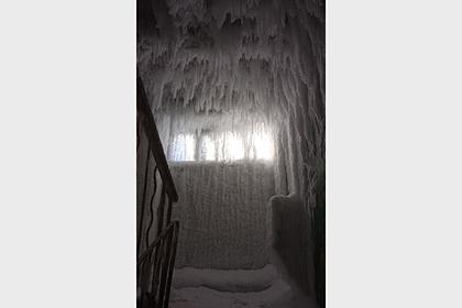 Подъезд в российском городе превратился в «ледяную пещеру»