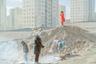 Конкурсант Хашем Шакери (Hashem Shakeri) выразил обеспокоенность уровнем жизни тегеранцев, которые покидают столицу Ирана из-за стремительного роста арендной платы и цен на жилье. Люди начали массово переселяться в города-спутники, чтобы сократить расходы на проживание. Однако власти страны не обеспечивают достаточно хорошие условия жизни для тех, кто переезжает в новые города, считает фотограф. <br> <br> «От серьезных проблем страдают Паранд, Пардис и Хаштгерд — три недавно построенных города на окраине Тегерана. Это огромные острова с высокими небоскребами и беспорядочно застроенными домами, заполненными толпами людей и машин. Они начинаются, но, кажется, не имеют конца», — отметил Шакери. <br> <br> Проблема заключается еще и в том, что в новые города переселяются люди со всего Ирана. Поэтому в этих поселениях растет уровень самоубийств среди школьников и употребление наркотиков.