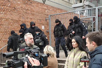 Украинцы устроили акцию у представительства ЕС из-за блокировки телеканалов