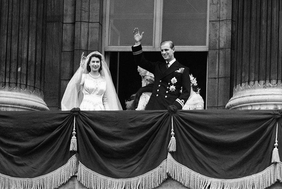 Филипп познакомился с будущей женой в 1939 году, когда ему было 18, а принцессе Елизавете — всего 13. Пока принц воевал, они продолжали переписываться, а когда наступил мир, решили пожениться. Обручальное кольцо, которое Филипп преподнес Елизавете, отлили из золотого самородка, найденного в Уэльсе, и украсили бриллиантами из тиары его матери — подарка царя Николая II и императрицы Александры Федоровны. На свадьбе, сыгранной в 1947 году, гуляла вся Британия.