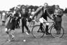 На досуге принц Филипп занимался спортом. На фотографиях, снятых в 1950-е годы, у него в руках то мяч, то крикетный молоток. В одном кадре он скачет на лошади, на другом — рассекает волны на яхте, на третьем — играет в поло. Филипп любил странные виды спорта, пытался совместить поло с катанием на велосипеде и участвовал в сочинении правил гонок на каретах.