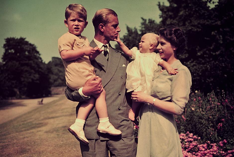 В 1948 году у Филиппа и Елизаветы родился первенец — принц Чарльз. Через два года у Чарльза появилась сестра — принцесса Анна. После десятилетней паузы королевская чета завела еще двоих детей: принц Эндрю родился в 1960 году, принц Эдвард — в 1964-м. Хотя Филипп любил и умел обращаться с маленькими детьми, ни один из принцев не пошел в отца. Чарльз разочаровал его нелюбовью к дисциплине, спорту и охоте, Эндрю вырос распутником, который всю жизнь бегал от скандалов самого сомнительного толка, а Эдвард стал телевизионным продюсером — Филипп же всегда ненавидел массмедиа.