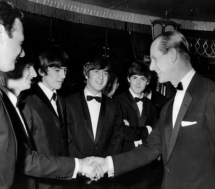 Работа члена королевской семьи — бесконечная череда церемоний и встреч. За свою карьеру Филипп совершил более 620 визитов в 143 страны и поучаствовал в 22 тысячах мероприятий — и это считая лишь те, на которых с ним не было королевы. В 1960-е он успел пожать руки музыкантам Beatles, советскому генсеку Леониду Брежневу, китайской партийной верхушке и американскому президенту Джону Кеннеди (а через несколько лет побывал и на его похоронах). Злые языки говорили, что страсть Филиппа к путешествиям связана с многочисленными любовницами, которых он якобы заводил в разных частях света.