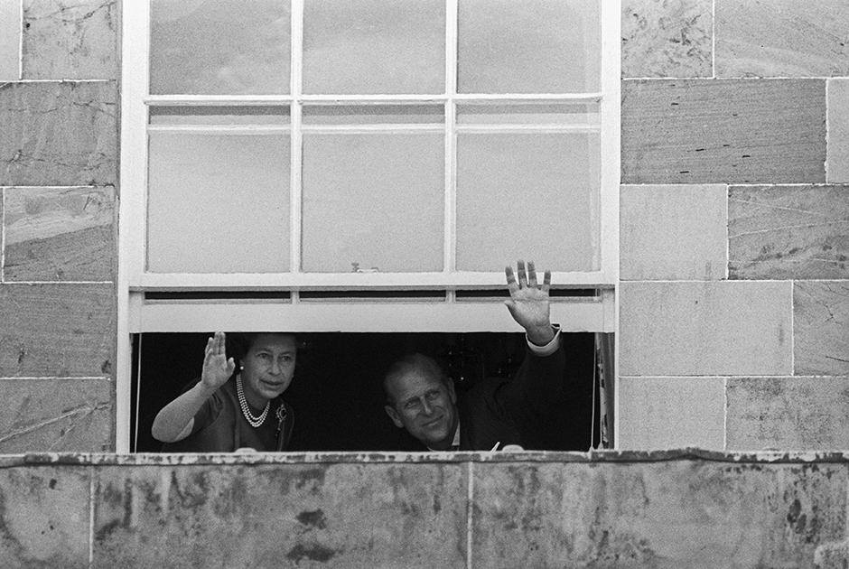 В 1977 году Филипп и Елизавета отмечали 30-летний юбилей свадьбы. Это был не лучший момент для торжества: британская экономика переживала тяжелейший кризис, инфляция подскочила до 16 процентов, почти полтора миллиона человек остались без работы, а в Северной Ирландии продолжался кровопролитный конфликт между католиками и протестантами. Несмотря на это, королева отправилась в замок Хиллсборо под ирландским городом Белфастом, улицы которого напоминали поле боя.