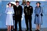 Эта фотография сделана в 1982 году на палубе британского авианосца Invincible. Судно только что вернулось с Фолклендской войны — 74-дневного конфликта между Великобританией и Аргентиной, во время которого погибли 907 человек. Сын Филиппа и Елизаветы, 22-летний принц Эндрю, участвовал в боевых действиях и не пострадал — хотя, как выяснилось позднее, аргентинские военные рассматривали возможность его убийства. На снимке Эндрю стоит слева рядом с матерью, справа — довольный Филипп, который воспользовался случаем, чтобы снова надеть флотскую форму. Возле него — старшая сестра Эндрю принцесса Анна.