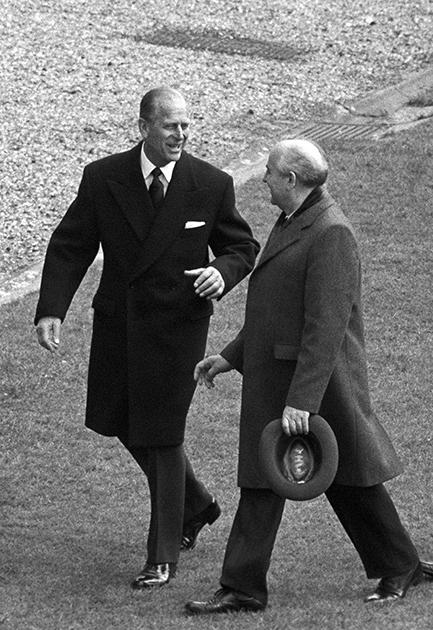 В 1973 году принц Филипп стал первым членом британской королевской семьи, который побывал в Советском Союзе. Хотя визит был неофициальным, он посетил Кремль и встретился с советским руководством. В 1990-е он еще два раза навестил Россию: в 1994 году вместе с ним приехала и королева Елизавета II, а спустя три года принц вернулся один, чтобы посмотреть на российский Дальний Восток. Также ему приходилось приветствовать советских и российских лидеров, приезжавших в Великобританию.