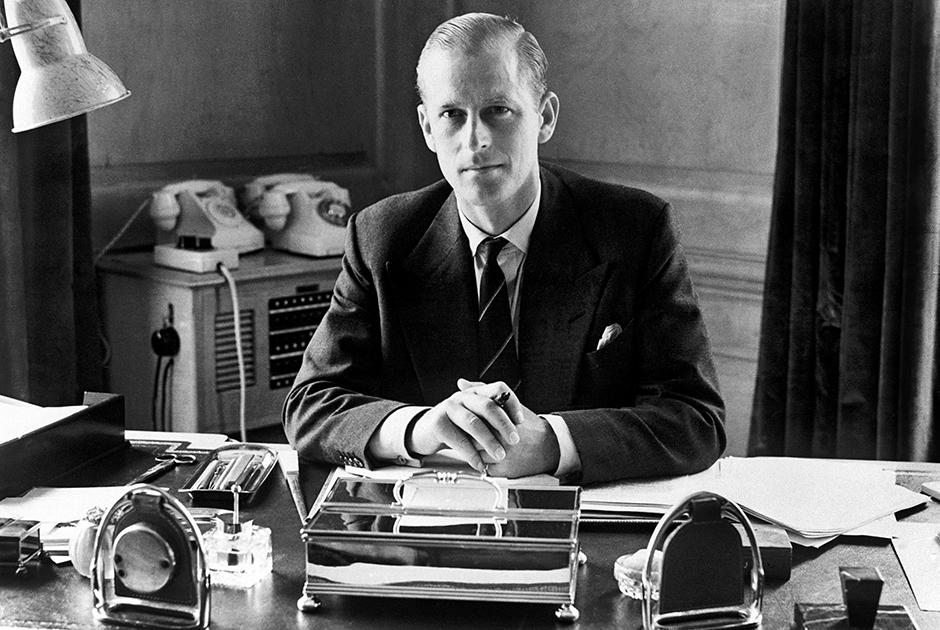 В 1952 году умер король Георг VI, и Елизавета из принцессы стала королевой. Филипп всегда знал, что рано или поздно это случится, но не думал, что так скоро. Коронация жены стала для него серьезным ударом. «На флоте под его командованием было целое судно — в полном смысле этого слова. В Кларенс-хаусе всем тоже, по сути дела, заправлял он. А после переезда в Букингемский дворец это было уже не так», — вспоминал его личный секретарь Майкл Паркер. Отныне Филиппу приходилось довольствоваться вторыми, а то и третьими ролями. Жена занималась государственными делами, о которых ему даже не сообщали, а главой семьи была теща — суровая королева-мать.