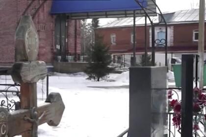 В российском селе пожаловались на похороны под окнами школы