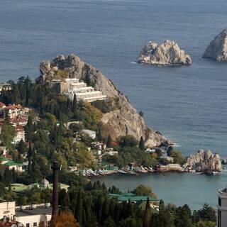 Скалы Адалары и вид на город Гурзуф в Крыму