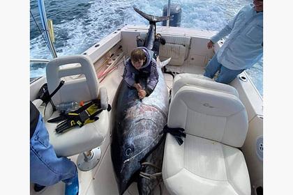 Рыболов поймал огромного 450-килограммового тунца и сломал весы