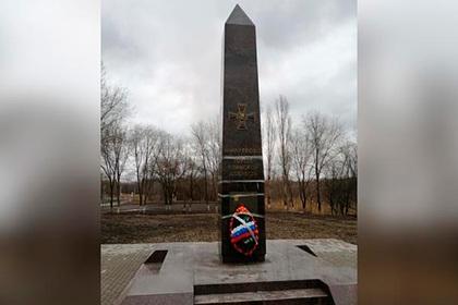 Памятник воинской доблести в российском городе отремонтировали скотчем