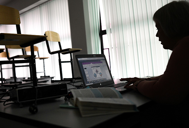 Учительница во время онлайн-урока