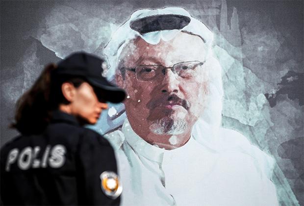 Сотрудница полиции на фоне портрета Хашкуджи