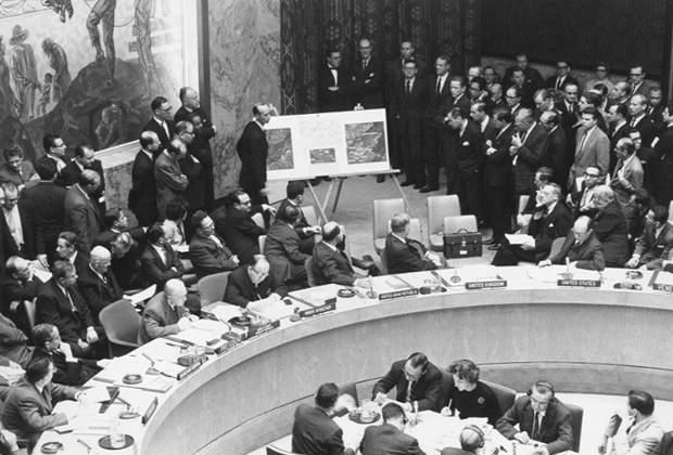 Постпред США демонстрирует Совету Безопасности ООН аэрофотоснимки советских пусковых установок на Кубе