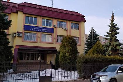 Украинский полицейский случайно выстрелил себе в голову на построении