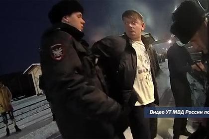 Снятый с поезда пьяный россиянин ответил полицейскому словами «ну, бесишь»