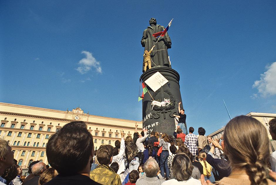 У памятника Дзержинскому на Лубянской площади, 22 августа 1991 года