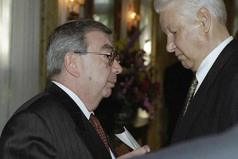 Министр иностранных дел России Евгений Примаков беседует с Борисом Ельциным, 1997 год