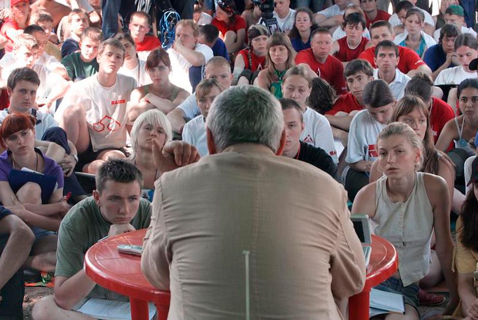 Летний лагерь движения «Наши» на озере Селигер. Политолог, глава Фонда эффективной политики Глеб Павловский выступает перед участниками лагеря