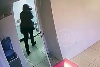 Мужчина разгромил кувалдой аппарат для лазерной эпиляции в московском салоне