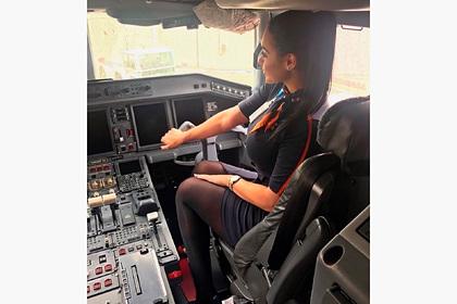 Стюардесса поделилась фото за штурвалом и впечатлила пользователей сети