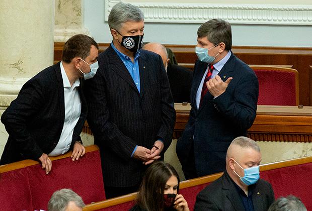 Петр Порошенко (в центре)
