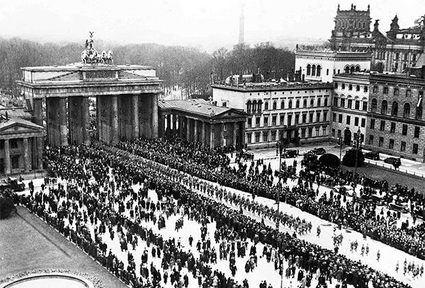 Парад нацистских войск у Бранденбургских ворот, Берлин, 6 марта 1933 года