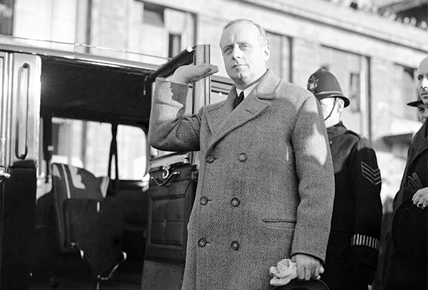 Посол Германии Иоахим фон Риббентроп в аэропорту Кройдон, Великобритания. 24 марта 1936 года