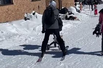 Лыжник прокатился с малолетним ребенком в коляске и возмутил пользователей сети