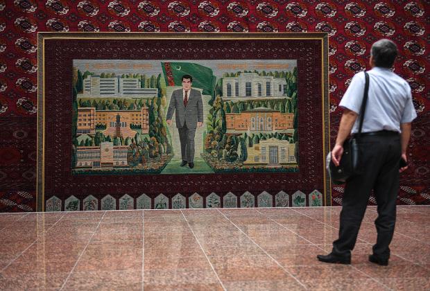 Мужчина у портрета первого президента Туркмении Сапармурата Ниязова