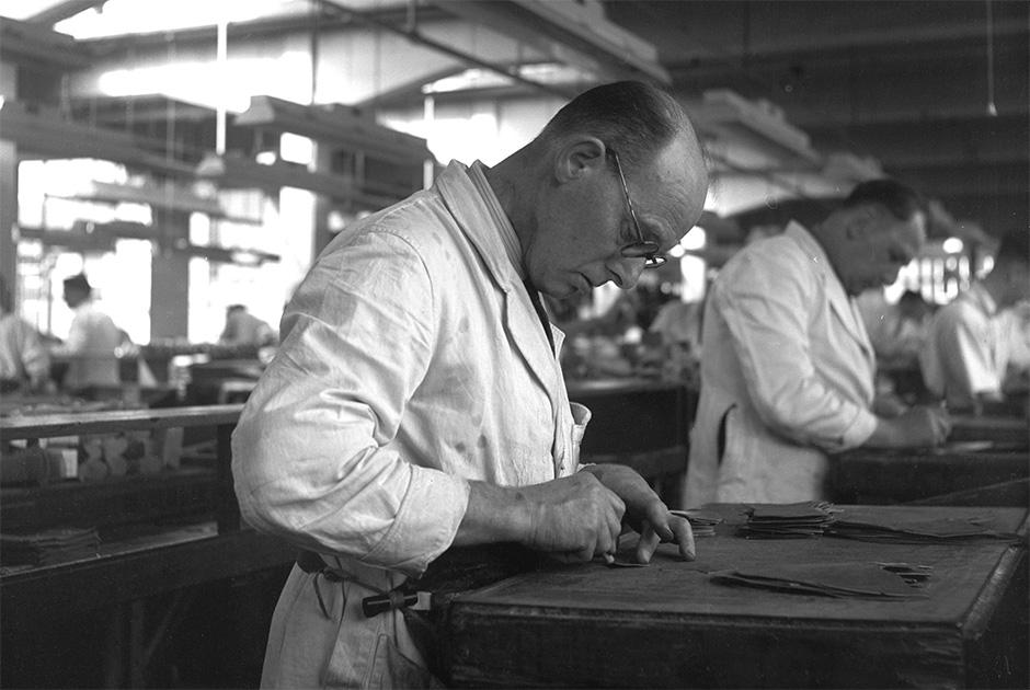 Рабочие на заводе в США в середине XX века