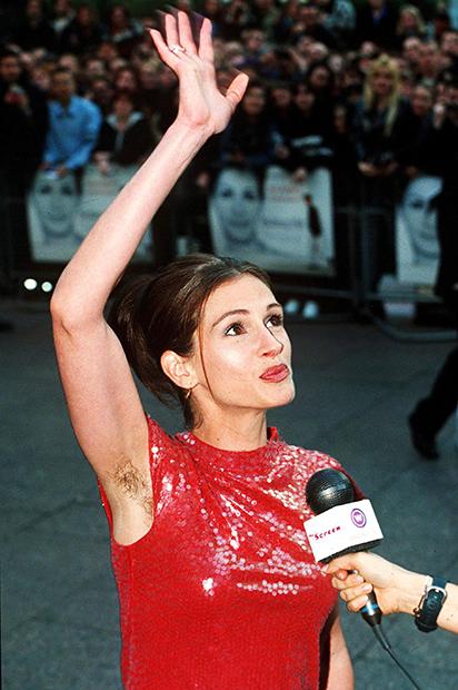 Джулия Робертс на премьере «Ноттинг Хилла» в 1999 году с небритыми подмышками