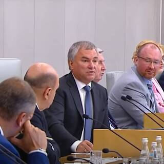 Вячеслав Володин (в центре)