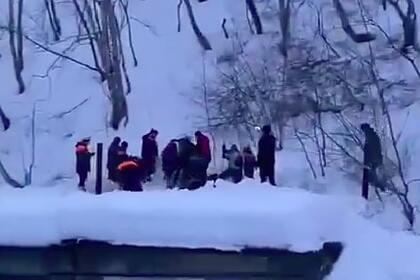 Три человека попали под снежную лавину возле российской школы