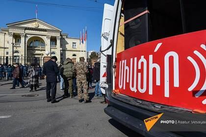 Протестующие окружили резиденцию президента Армении