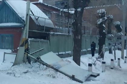 В Омске на шедших с корпоратива работниц завода рухнул бетонный забор