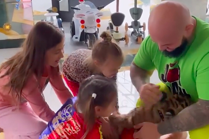 Рэпер Джиган заказал домой тигренка для своих детей