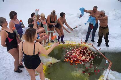 Прорубь с лепестками роз прорубили для жительниц российского города к 8 Марта
